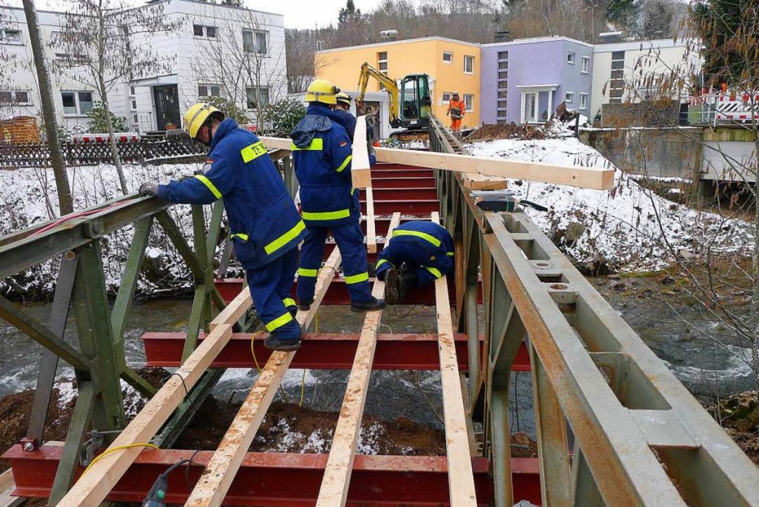 Das THW baut den  Brückenbelag auf.    Foto: Eva Korinth