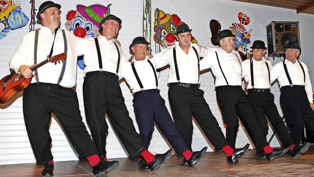Das Männerballett tritt zum Song Despacito auf.   | Foto: Mario Schöneberg
