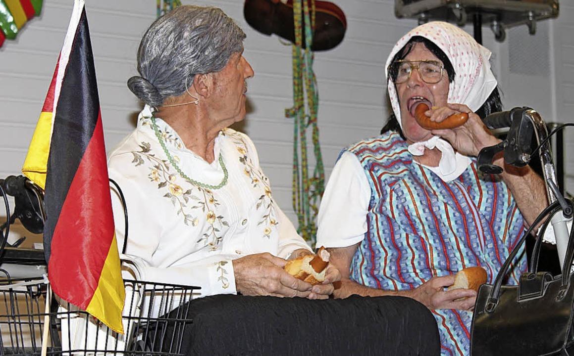 Diese zwei älteren Damen - Gottfried und Andres - vergessen (fast) nix.  | Foto: Mario Schöneberg