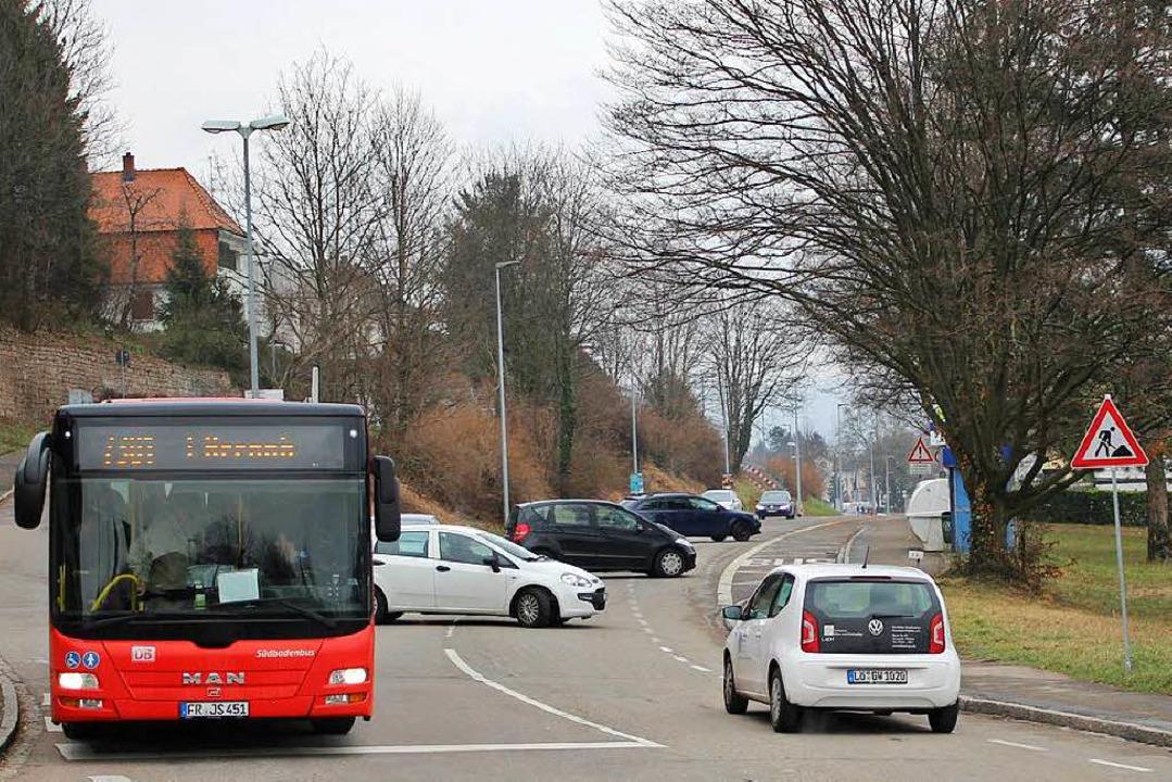 Wie choreografiert wenden die Autos de...n, dass der Bahnübergang gesperrt ist.  | Foto: Rolf Reißmann
