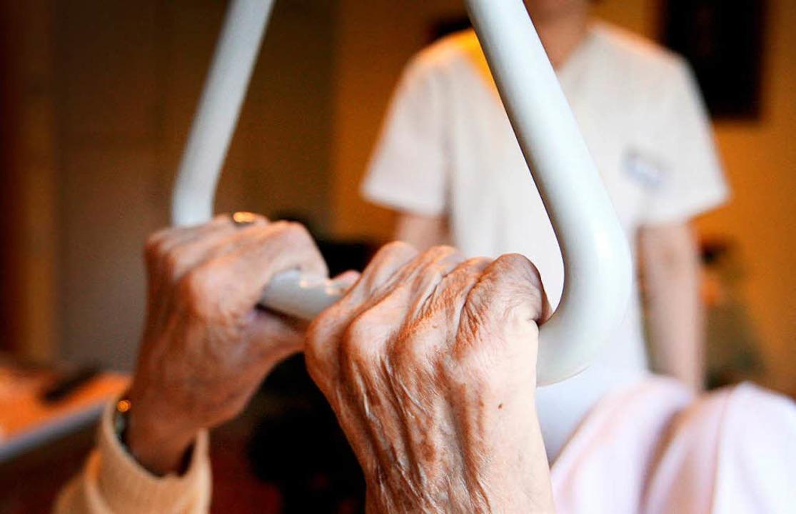 Eine Pflegehausbewohnerin in einem Sen...cht bis zu sieben Jahre Haft verhängt.  | Foto: dpa