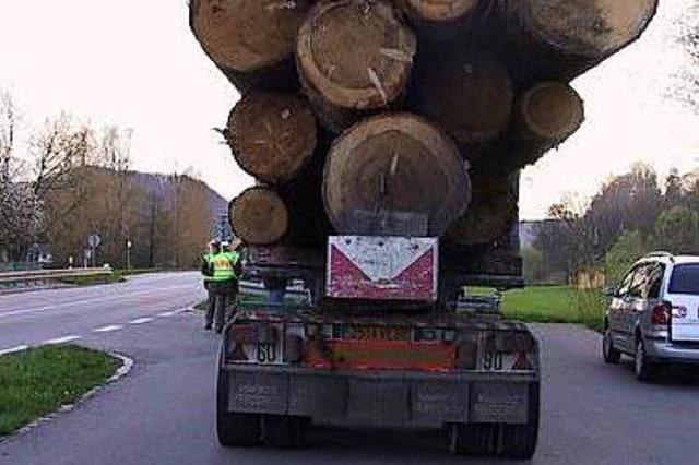 Überladene Transporter: zu viel Holz und zu viel Döner