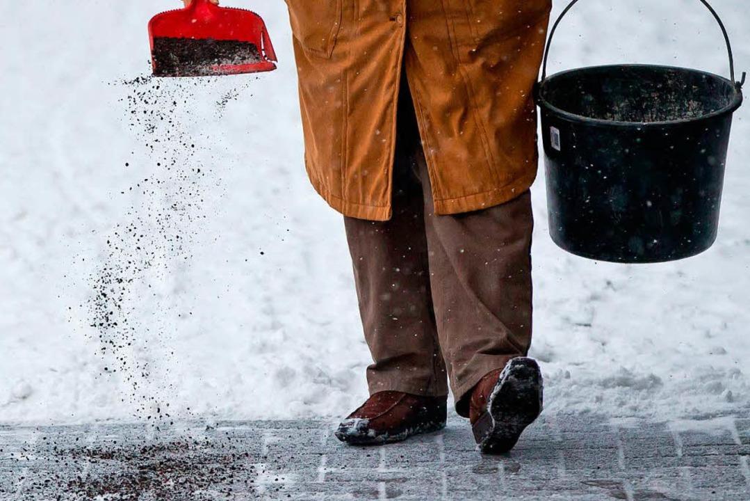 Wer Salz auf die Straße streut, kann dafür belangt werden.  | Foto: dpa-tmn