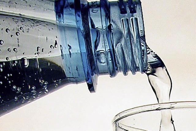 Mädchen durch zerberstende Plastikflasche am Auge verletzt
