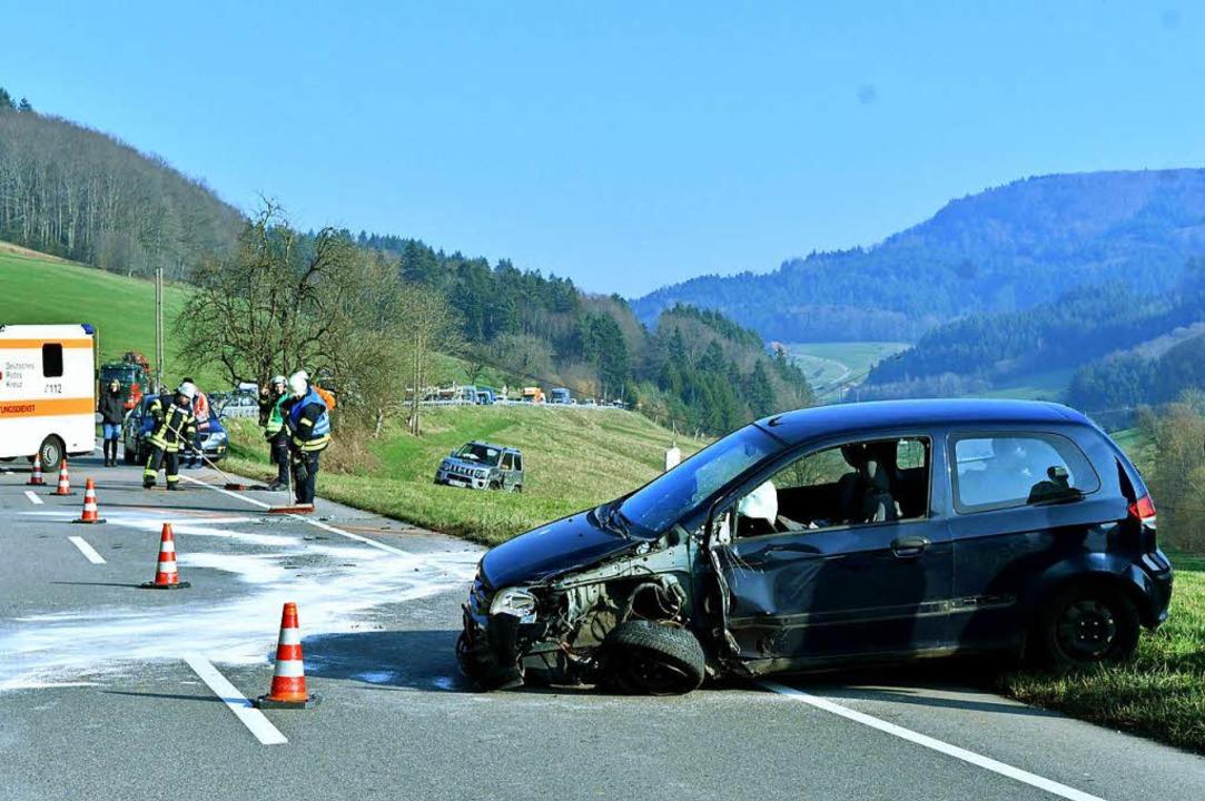 Zwei Autos wurden bei dem Unfall schwer beschädigt.  | Foto: Wolfgang Künstle