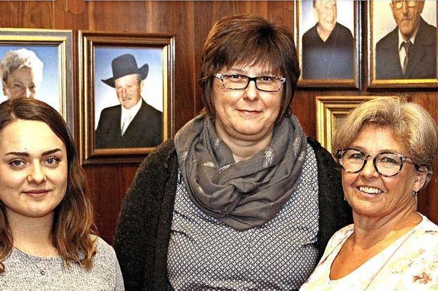 Drei Frauen stehen gemeinsam an der Spitze