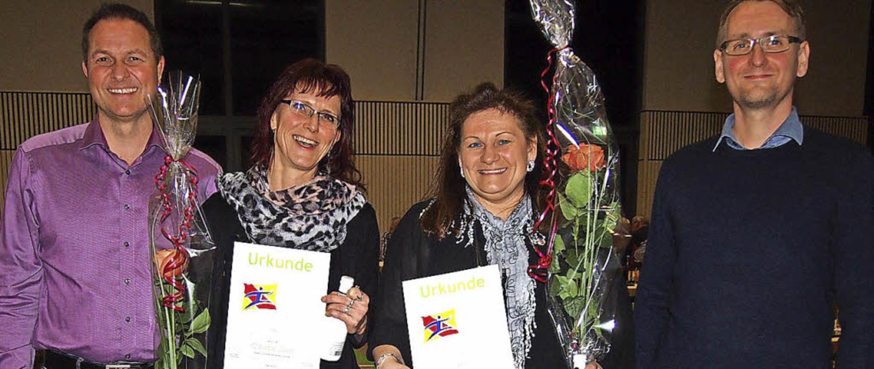 20 Jahre beim TV Hägelberg: Claudia Wü...(rechts) und Marcel Grüterich geehrt.   | Foto: Gabriele Poppen
