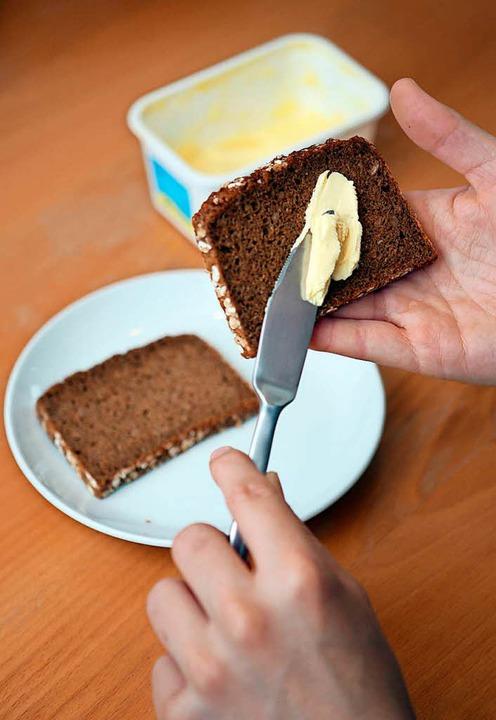 Mit der linken Hand ein Brot mit Butte...igionsbehörde ist das nicht erwünscht.  | Foto: Patrick Lux (dpa)
