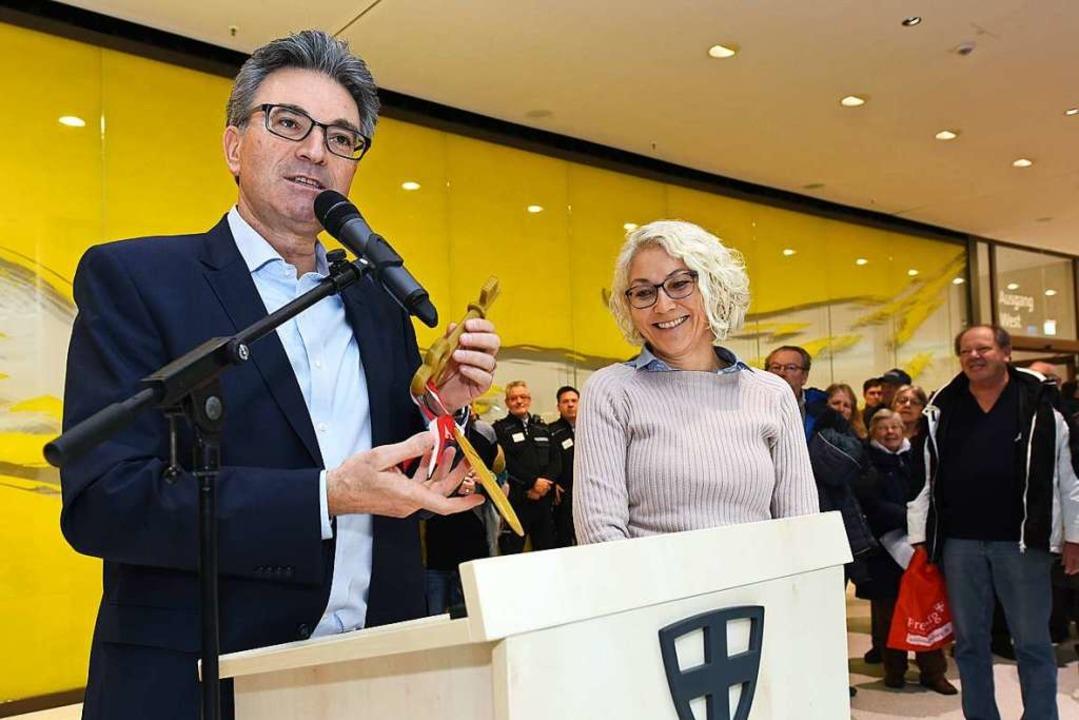 Für die neuen Räume überreichte Oberbü...gervereinsvorsitzende Daniela Ullrich.  | Foto: Rita Eggstein