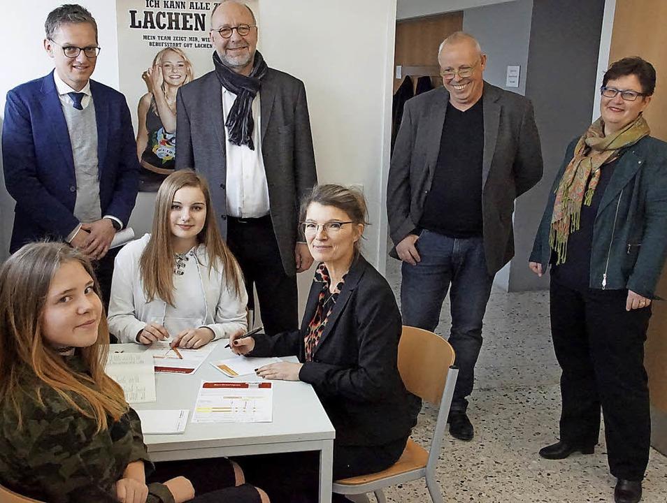 Schule als Beratungsort: Die Werkreals... zwei Schülerinnen der neunten Klasse.  | Foto: Ilona Hüge
