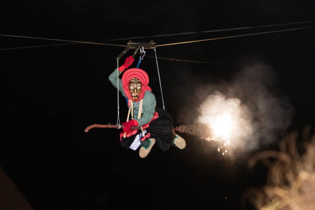 Beim Hexensabbat der Waldkircher Kande...s Meter über den Köpfen der Zuschauer.  | Foto: Gabriele Zahn