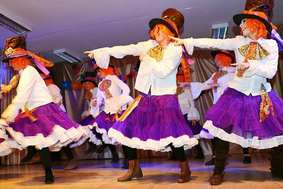Die Landfrauen stemmten nicht nur die Bewirtung ihrer Frauenfasnet, sondern brachten mit dem Hutmacher aus Alice im Wunderland auch einen tempermentvollen Tanz in prächtigen Kostümen auf die Bühne. (Foto: Martha Weishaar)