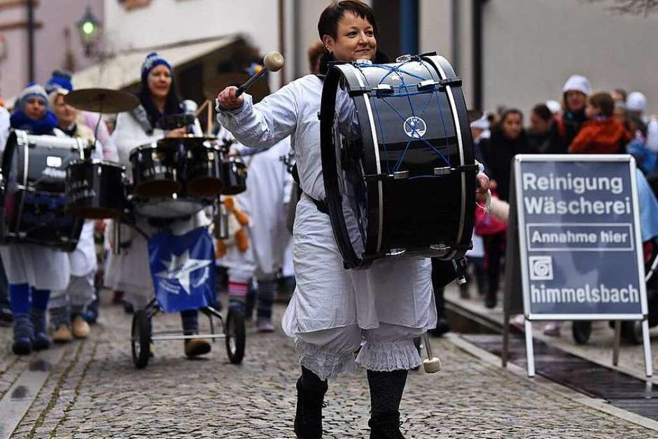 Mit Guggenmusik ging es zum Rathaus. (Foto: Jonas Hirt)