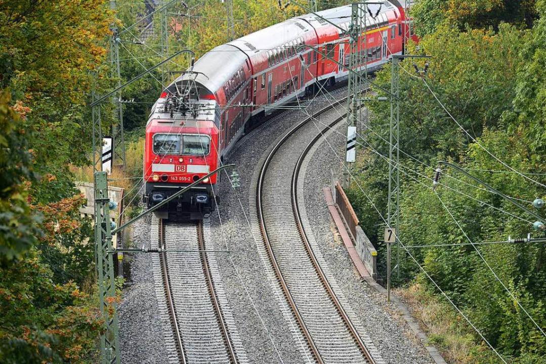 Für eine Weile unsichtbar: Die ikonische rote Höllentalbahn.  | Foto: Ingo Schneider