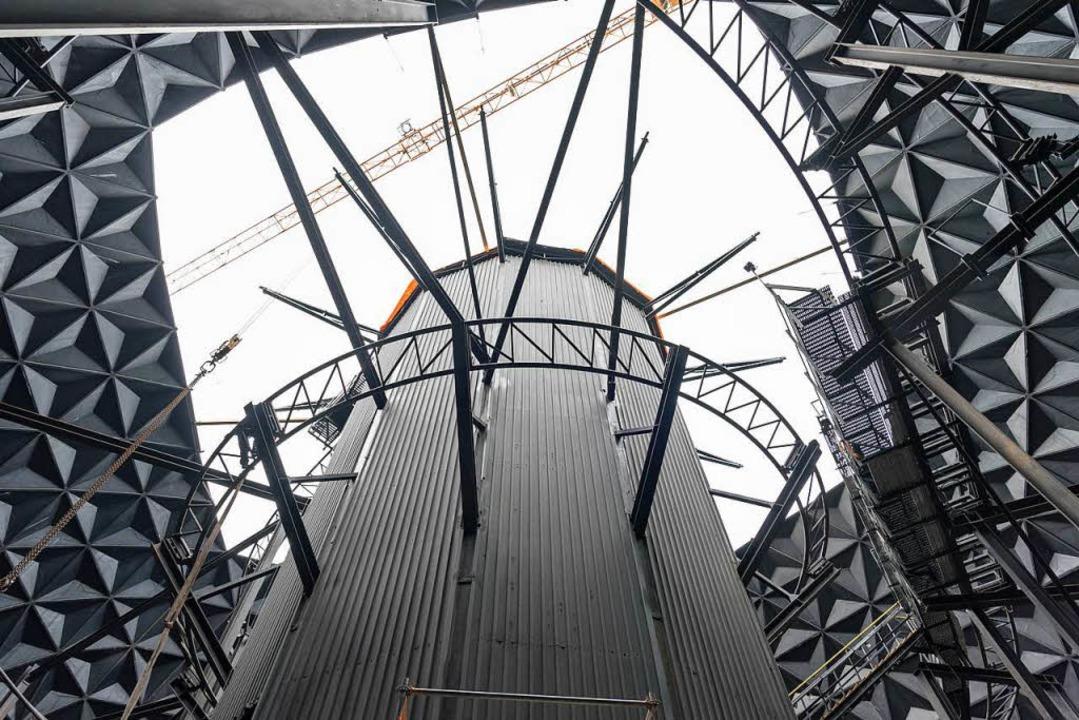 Der Aufzugturm, Schienen und Verstrebu...pektive wird kein  Achterfahrer haben.  | Foto: Bernhard Rein/Europa-Park