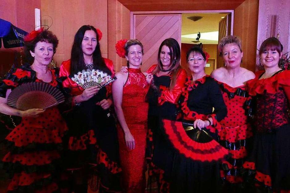 Glitzer, Tüll und Lippenstift: Mit viel Feierlaune und kunterbunten Kostümen tanzten die Wiiber durch den Kursaal. (Foto: Theresa Steudel)