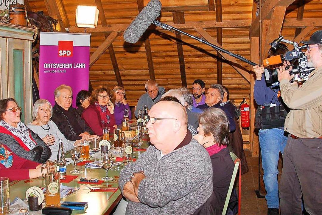 Das ZDF war mit dabei, als die Lahrer ...r die Große Koalition diskutiert  hat.  | Foto: Wolfgang Beck