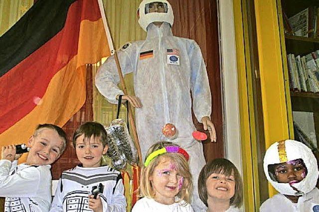 Junge Astronauten hüpfen durchs All