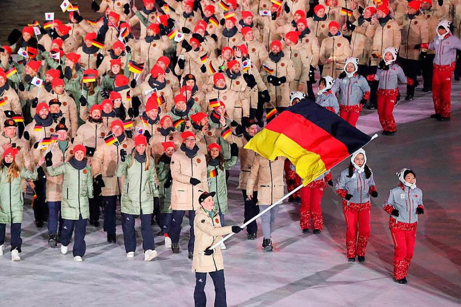 Das Deutsche Team mit Fahnenträger Eric Frenzel läuft bei der Eröffnungsfeier in das Olympiastadion. (Foto: dpa)