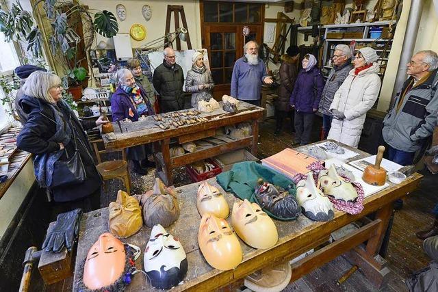 Holzbildhauer Helmut Kubitschek zeigte BZ-Lesern, wie man Masken schnitzt