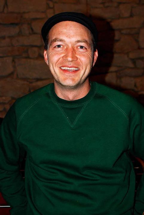 Jonas Wicke ist erster Vorsitzender de...nd hat die Kickertische selbst gebaut.  | Foto: Louis Groß