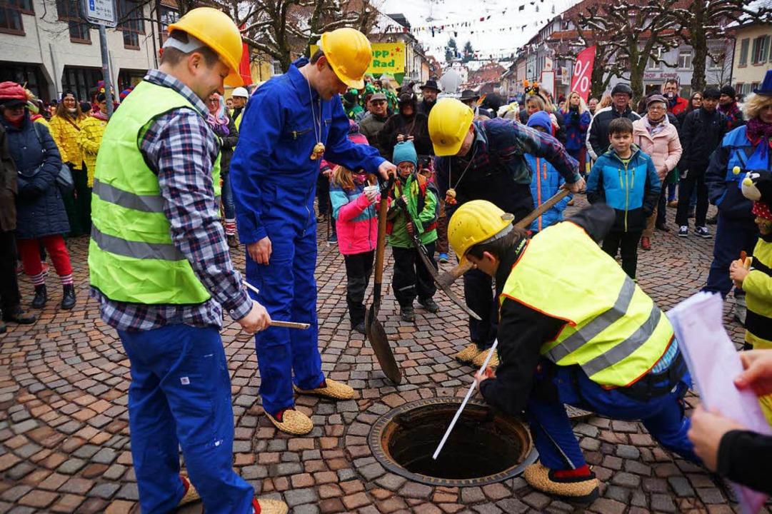 Der Bautrupp legt los – und räumt den Marktplatz frei.  | Foto: Verena Wehrle