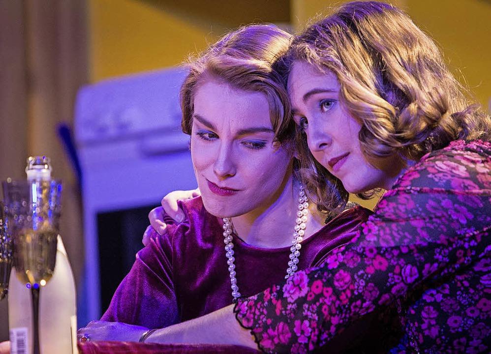 Christina Schlögl als Maude und Daniela Zib als Hannah   | Foto: Zonsius