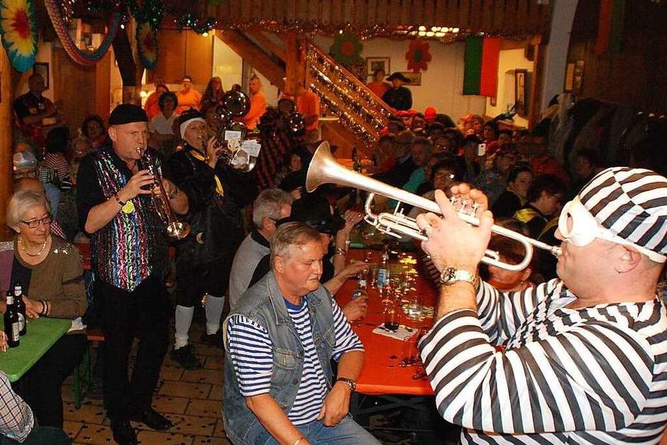 Bunter Dorfobe in der Pfarrschüre (Foto: Maja Tolsdorf)