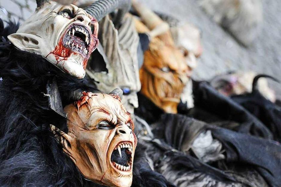 Die Masken der Wolfsteufel aus Waldkirch-Kollnau nach getaner Arbeit (Foto: Hans-Peter Müller)