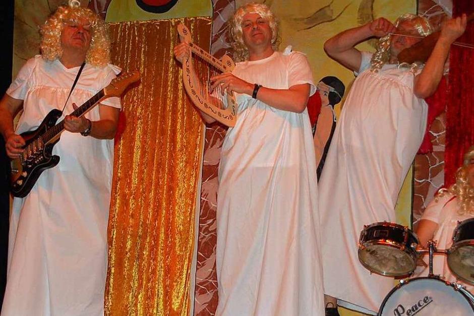 """Das war grandios: Sängerinnen und Sänger des Gesangvereins mit diverser Unterstützung ließen den Tanz aus 2009 """"Im Himmel ist die Hölle los"""" neu aufleben. (Foto: Petra Wunderle)"""
