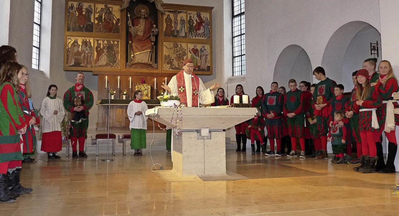 Die ganze Narrenschar versammelte sich im Chorraum der Kirche.   | Foto: Monika Hofmeier