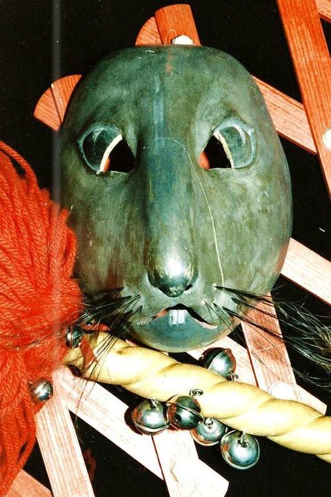 Die älteste noch erhaltene Holzmaske d...hingegen wohl fünf Pappmaschee-Masken.  | Foto: Archiv Hans Sigmund