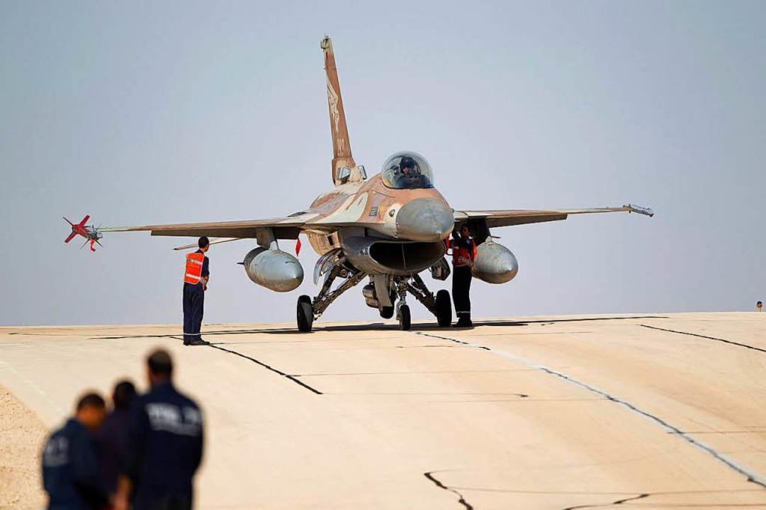 Mit F-16-Kampfjets flogen die Israelis...der syrischen Flugabwehr abgeschossen.  | Foto: dpa