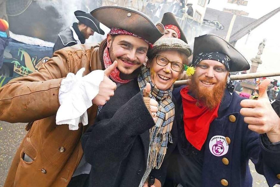 Gut gelaunte Piraten – eigentlich Jungwinzer – entern den Stubenplatz. Die hier haben sich gleich noch eine Zuschauerin geschnappt. (Foto: Andrea Drescher)