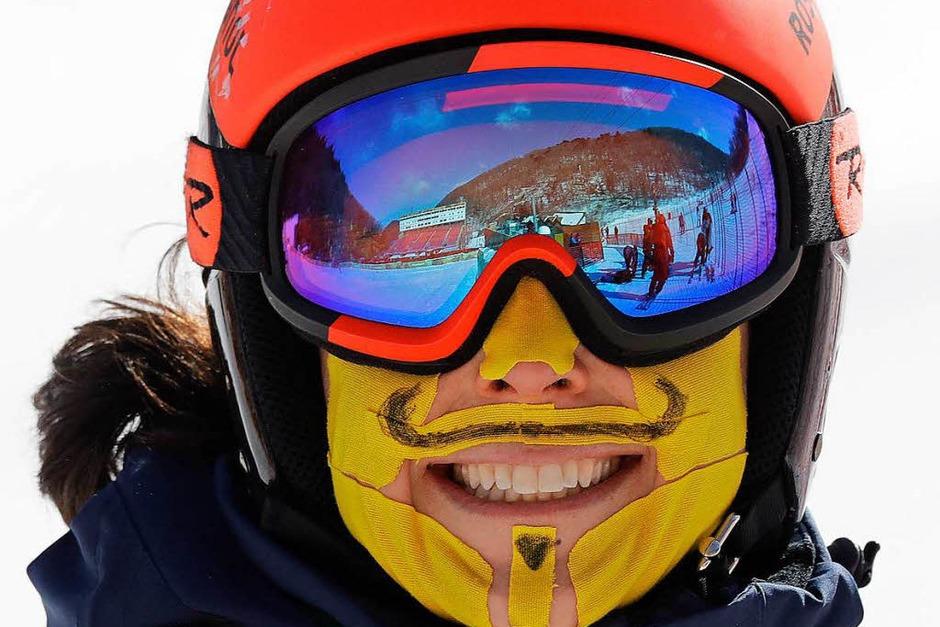 Ski Alpinistin Federica Brignone aus Italien hat sich ihr Gesicht bei der Besichtigung der Riesenslaom-Strecke zum Schutz vor der Kälte mit Pflastern beklebt. (Foto: dpa)