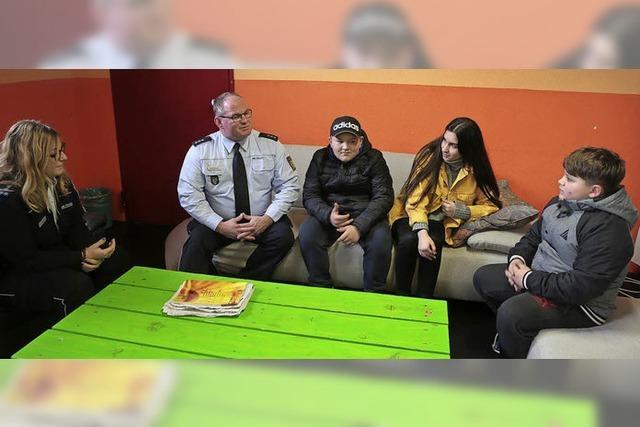 Jugendliche fragen Polizisten