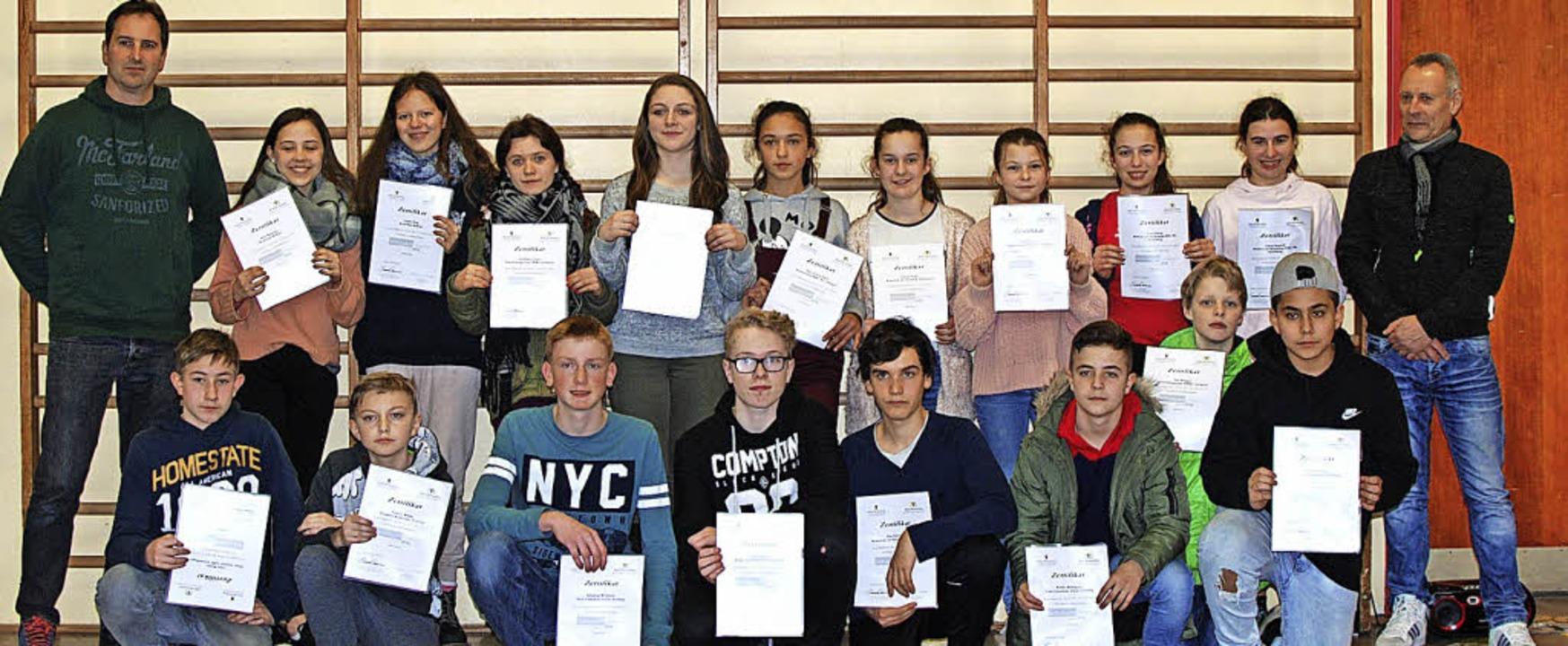 18 Schüler aus neun Schulen im Landkre...hulsportmentoren-Zertifikat erhalten.   | Foto: Louis Gross
