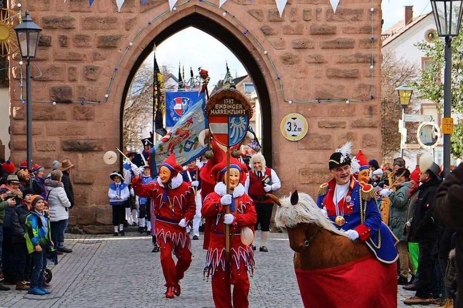 Umzug in Endingen: Die Traditionsfiguren führen den Umzug an. (Foto: Ruth Seitz)