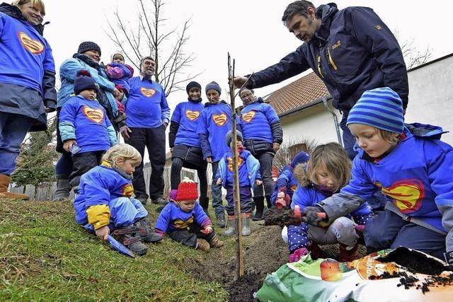Ein Apfelbaum für die neue Kinderklinik