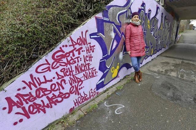 Erasmusstudentin sprayt Bibelverse in Freiburgs Unterführungen
