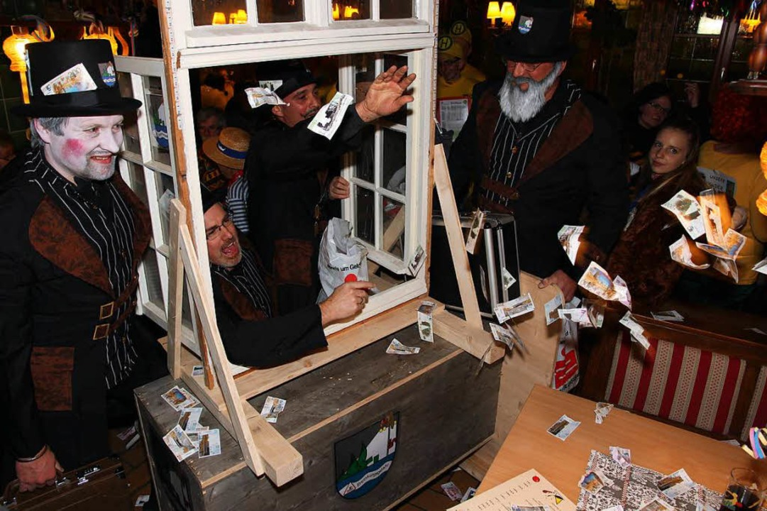 Schildbürger warfen Geld aus dem Fenster zum Wahlkampf.  | Foto: Eva Korinth