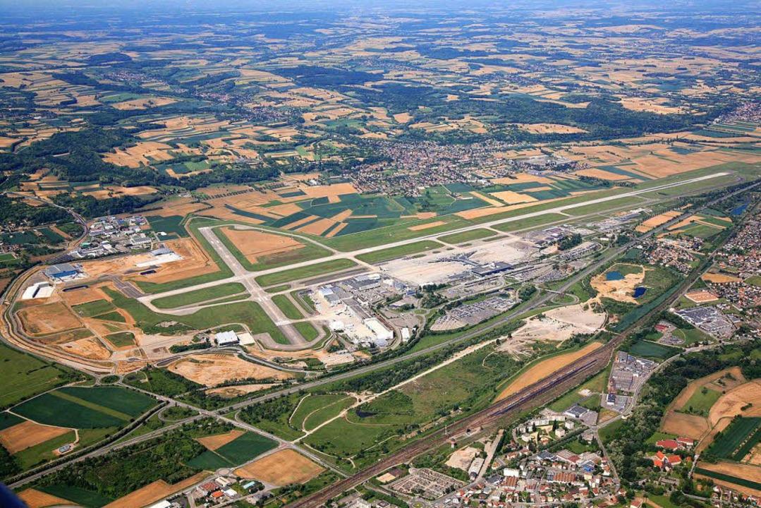 Im Vordergrund rechts ist die Bahnlini...ng zum Euroairport gebaut werden soll.  | Foto: Erich Meyer