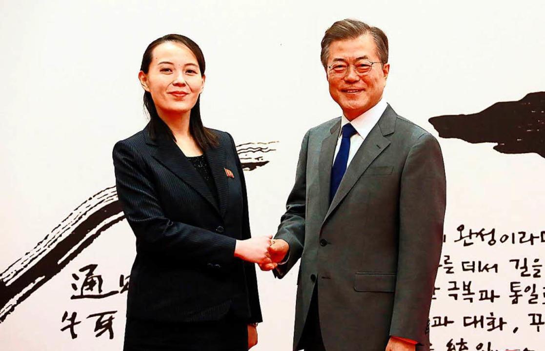 Südkoreas Präsident Moon Jae-in begrüß...in Südkorea sehen das nicht alle gern.  | Foto: AFP