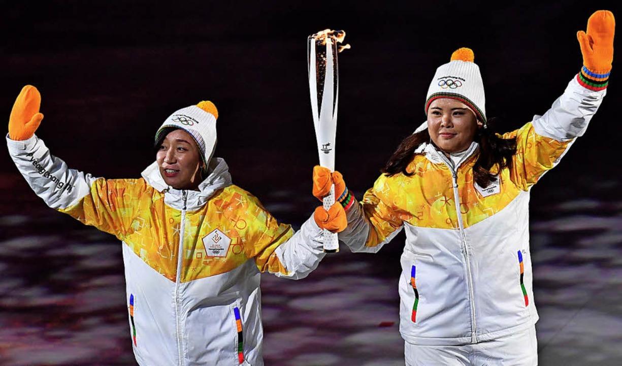 Eishockeyspielerinnen aus Nord- und Sü...nungsfeier das olympische Miteinander.    Foto: dpa