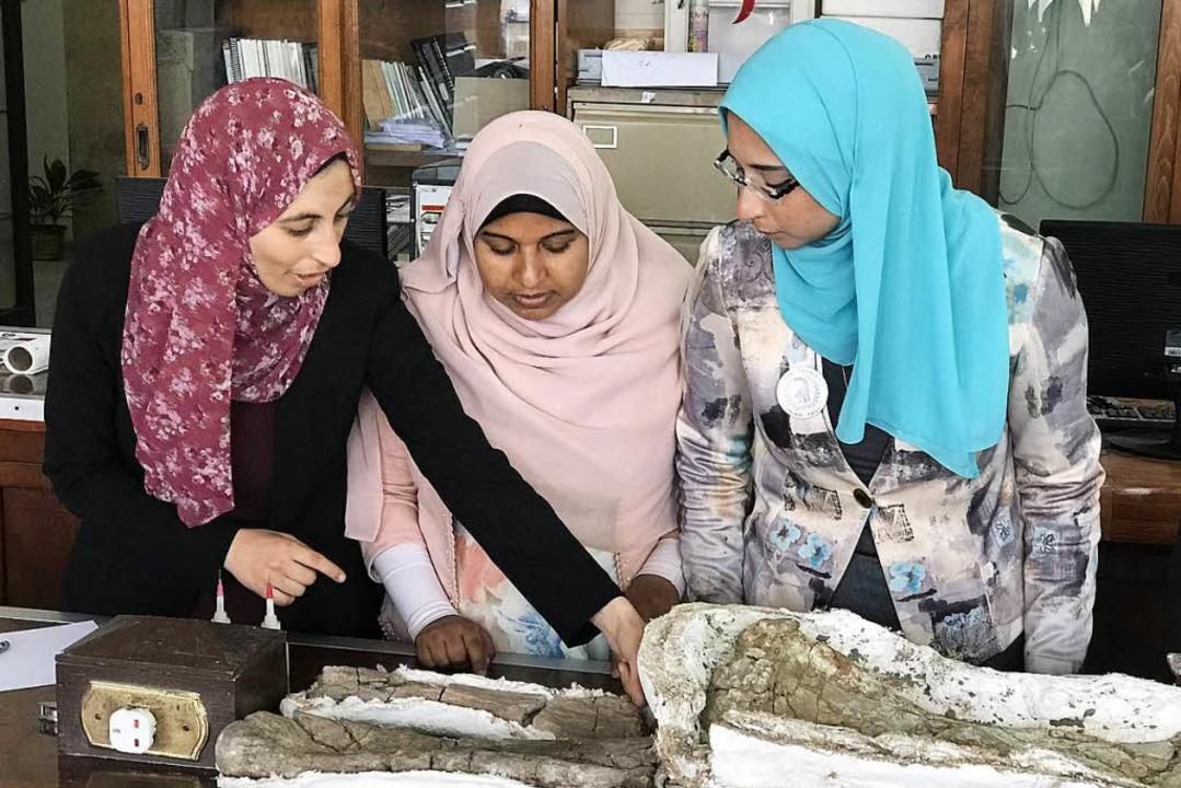 Iman El-Dawoudi, Sarah Saber und Sanaa... (von links) präsentieren ihren Fund.   | Foto: Karim El-Gawhary
