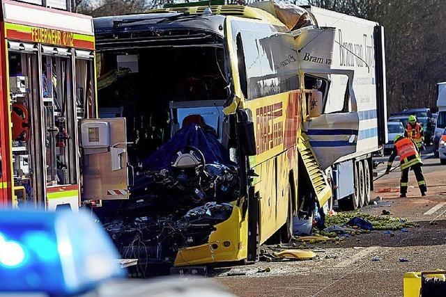 Schwerer Unfall mit Reisebus