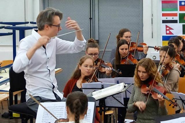 Ein junger Finne dirigiert das Akademische Orchester in Freiburg