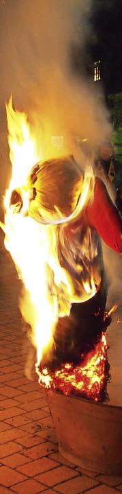 Lichterloh brannte die Fasnachtspuppe  am Dienstagabend in  Steinen.   | Foto: Poppen