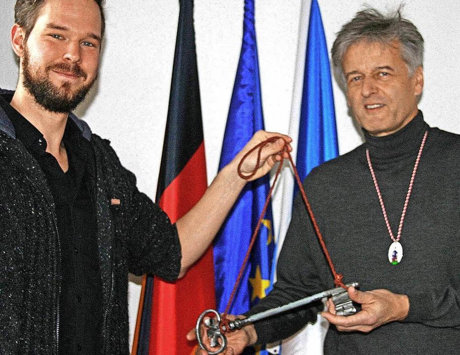 Schluss mit lustig: Von Marco Baumann ... Braun den Rathaus-Schlüssel zurück.    | Foto: Ralph Lacher