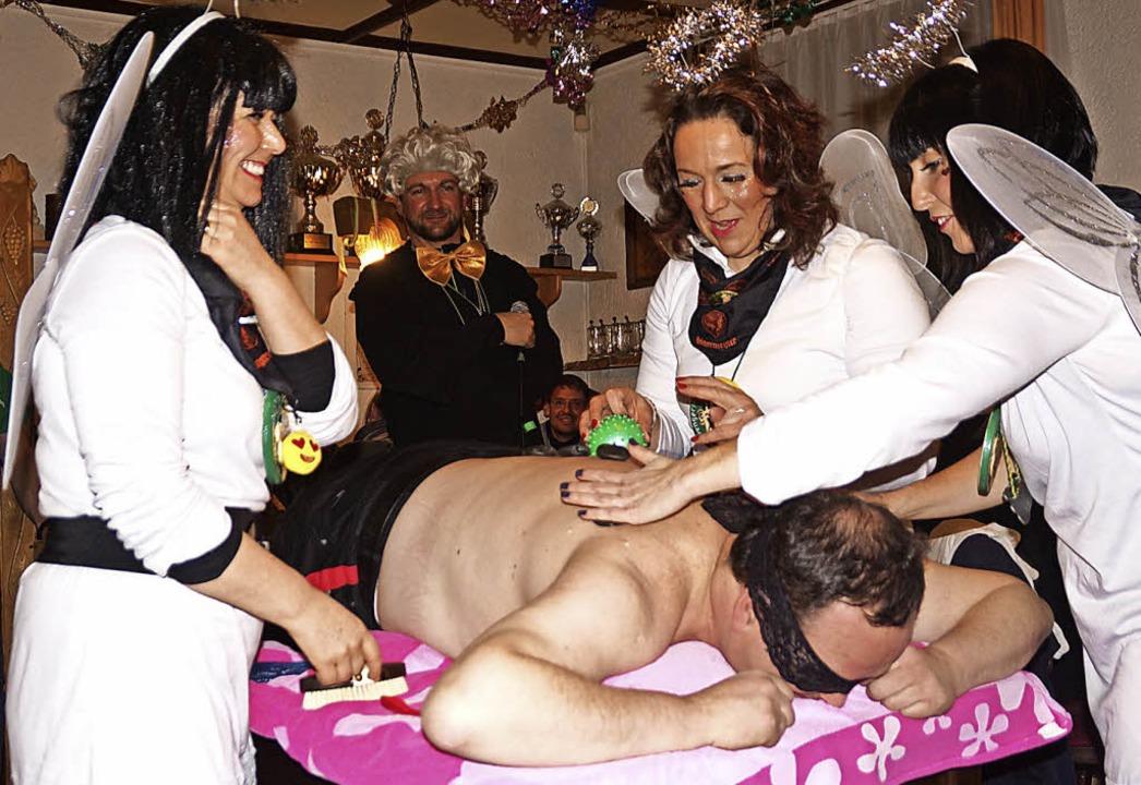 Die drei Engel Dagmar Bertucci, Nicole...sar Noldi Seger eine Wellnessmassage.   | Foto: wehrle